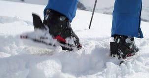 Detail van laars die langs sneeuwlandschap naar boven gaan De activiteit van de alpinismeski De wintersport van skiërmensen in al stock footage