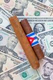 Detail van luxe Cubaanse sigaren op de Amerikaanse dollars Stock Foto