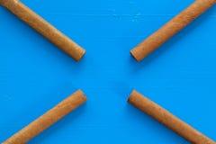 Detail van luxe Cubaanse sigaren op de blauwe lijst Stock Fotografie