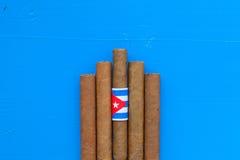 Detail van luxe Cubaanse sigaren op de blauwe lijst Royalty-vrije Stock Foto