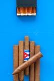 Detail van luxe Cubaanse sigaren op de blauwe lijst Royalty-vrije Stock Afbeeldingen