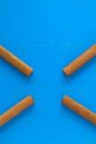 Detail van luxe Cubaanse sigaren op de blauwe lijst Stock Foto