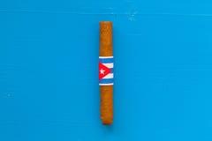 Detail van luxe Cubaanse sigaren op de blauwe lijst Stock Afbeelding
