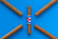 Detail van luxe Cubaanse sigaren op de blauwe lijst Royalty-vrije Stock Fotografie