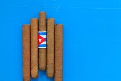Detail van luxe Cubaanse sigaren op de blauwe lijst Royalty-vrije Stock Afbeelding