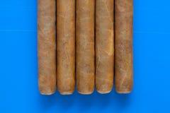 Detail van luxe Cubaanse sigaren op het blauwe bureau Stock Fotografie