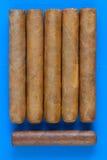 Detail van luxe Cubaanse sigaren op het blauwe bureau Stock Foto