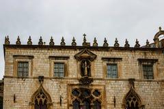 Detail van majestueuze kathedraal in oude stad Dubrovnik, beroemde historische en toeristische bestemming in Europa stock fotografie