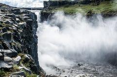 Detail van majestueuze watervallen met rond rotsen Stock Fotografie