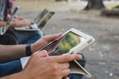 Detail van mannelijke handen die aan tablet werken Stock Foto's