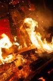 Detail van mensen` s voet die zich in brand en kettingzaag scherp brandhout bevinden stock foto's