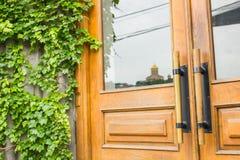 Detail van Modern stijlhandvat op houten deur stock foto's