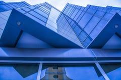 Detail van moderne de bouwbuitenkant en bezinning Stock Afbeeldingen