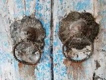 Detail van mooie overladen deurkloppers op een antiek portaal stock foto's
