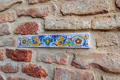 Detail van muren in Deruta, een stad in Umbrië beroemd voor zijn artistieke vervaardigd en met de hand geschilderde keramiek, Ita royalty-vrije stock afbeeldingen