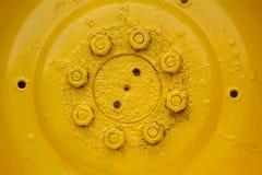 Detail van oud, geel wiel stock afbeelding