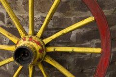 Detail van oud wagenwiel met metaalrand het leunen Stock Foto