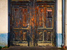 Detail van oude doorstane houten deuringang royalty-vrije stock afbeeldingen