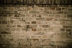 Detail van oude en doorstane grungy bruine bakstenen muur met desaturated de textuurachtergrond van de kleurenoppervlakte stock afbeeldingen