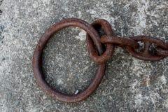 Detail van oude roestige maritieme ketting en ringen royalty-vrije stock afbeeldingen