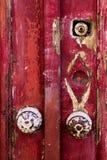 Detail van oude sjofele rode deur Stock Fotografie