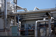 Detail van pijpinstalation in olieraffinaderij Stock Fotografie