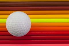 Detail van regenboog kleurrijke potlood en golfbal op het bureau Royalty-vrije Stock Fotografie