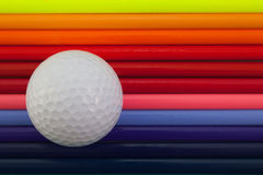 Detail van regenboog kleurrijke potlood en golfbal op het bureau stock foto