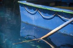 Detail van Rijboot wordt gebruikt om reizen binnen het Melissani-Meerhol Kefalonia te leiden die Stock Foto's