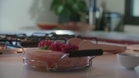 Detail van ruw vlees op zoute plaat Mediterrane Italiaanse salade van vier de Kaukasische vriendenmensen, lapje vlees en broodlun stock footage