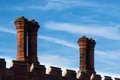 Detail van schoorstenen van de dak de rode baksteen in Tudor-architectuur Stock Foto