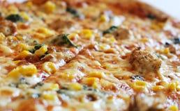 Detail van smakelijke pizza met kaas en graan Stock Afbeeldingen