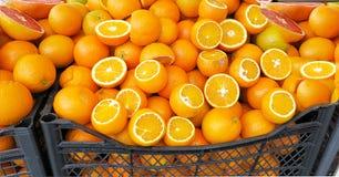 Rijpe sinaasappelen op een marktkraam Royalty-vrije Stock Afbeelding