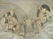 Detail van twee beeldhouwwerken van geestelijke mensen in ornamentmuur van Chartreuse van St Martin in Napels, Italië Royalty-vrije Stock Fotografie