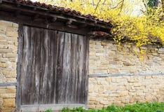 Detail van uitstekende houten deur, steenmuur Stock Afbeeldingen