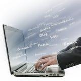 Detail van vage handen die laptop met behulp van Royalty-vrije Stock Afbeelding