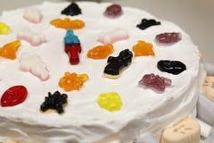 Detail van veelkleurige kleverige suikergoedcake stock afbeeldingen