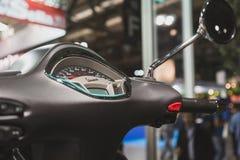 Detail van Vespa-autoped op vertoning bij EICMA 2014 in Milaan, Italië Stock Foto's