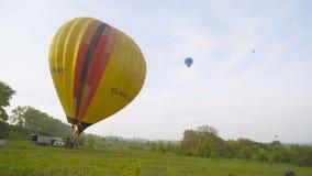 Detail van vliegende kleurrijke de hete die luchtballon van de wolkenvultrechter met brandvlam 4 K wordt opgeblazen stock video