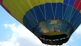 Detail van vliegende kleurrijke de hete die luchtballon van de wolkenvultrechter met brandvlam wordt opgeblazen stock footage