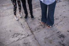 Detail van voeten die zich op de grond bevinden stock afbeeldingen