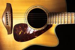 Detail van volks akoestische gitaar op een zwarte achtergrond stock foto