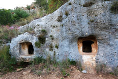 Detail van voorhistorische graven in het necropool van Pantalica stock foto