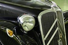 Detail van voormasker en voordielicht van de Tractie van Citroën Avant 11B tot 1934, op Auto Expo in Nitra wordt gedateerd stock afbeelding