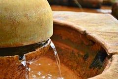 Detail van waterbundel van een fontein van een aangetast metaal wordt gemaakt dat Royalty-vrije Stock Foto