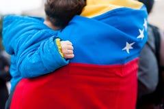 Detail van weinig kindhand op Venezolaanse vlag als symbool van de verandering van het hoop voortaan regime, in maart tot steun v royalty-vrije stock foto