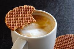 Detail van witte mok met melkachtige schuimende gedeeltelijk gedronken koffie en stock afbeelding