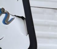 Detail van zaalschade op een recreatief voertuig stock afbeeldingen