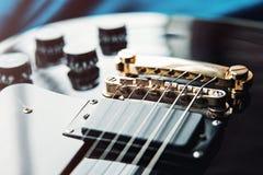 Detail van zes-koord elektrische gitaarclose-up, selectieve nadruk Verwerkt met uitstekende stijl stock afbeelding