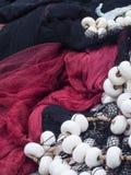 Detail van zwarte en rode visnetten met witte vlotters royalty-vrije stock afbeelding